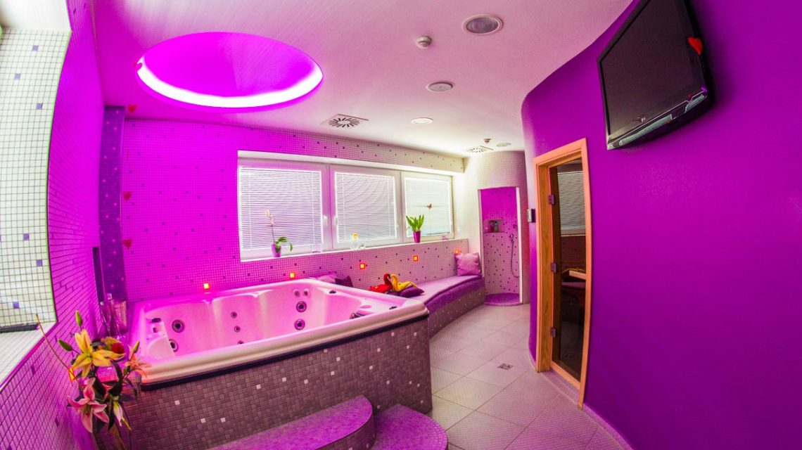 Romantic VIP Aspara. Dedicate yourself to each other and experience a romantic story in a PRIVAT room equipped with a large massage pool, where you will be pampered with a gentle massage in the water and warm up together in two different saunas, steam and Finnish.